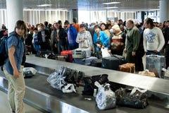 Secteur de réclamation de bagage d'aéroport, St Petersburg Photographie stock libre de droits