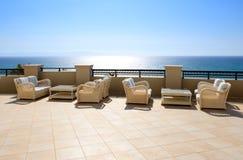 Secteur de relaxation de vue de mer d'hôtel de luxe photos stock