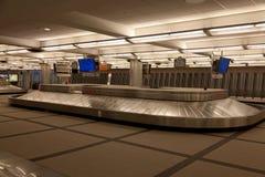 Secteur de retrait des bagages d'aéroport de Denver. Image stock