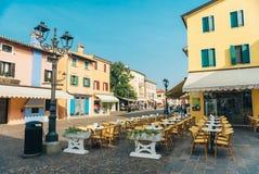 Secteur de touristes de la vieille ville provinciale de Caorle en Italie Image libre de droits