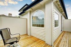 Secteur fermé de patio avec deux chaises et plancher en bois Photos libres de droits