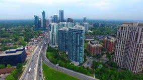 Secteur, gratte-ciel et route urbains du centre occupés de Toronto dans la vue 4k aérienne banque de vidéos