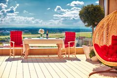Secteur meublé de détente sur le patio de dessus de toit au jour d'été chaud photographie stock libre de droits