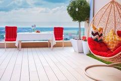 secteur meublé de détente sur le secteur de patio de dessus de toit au jour d'été chaud images stock