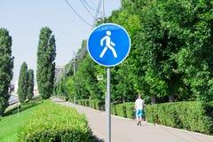 Secteur piétonnier Signe de route Remblai à Saratov, Russie Piéton seul en bref photographie stock libre de droits