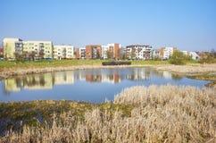Secteur résidentiel avec un parc d'étang Image stock