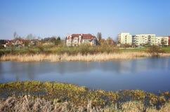 Secteur résidentiel avec un parc d'étang Photo stock