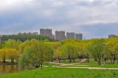 Secteur résidentiel de Moscou avec le parc et l'étang Photo stock