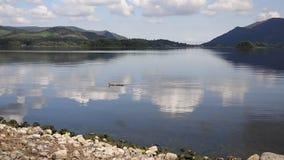 Secteur R-U de lac water de Derwent au sud CASSEROLE ensoleillée calme de jour d'été de ciel bleu de Keswick de belle clips vidéos
