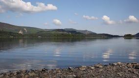 Secteur R-U de lac water de Derwent au sud jour d'été ensoleillé calme de ciel bleu de Keswick de beau banque de vidéos
