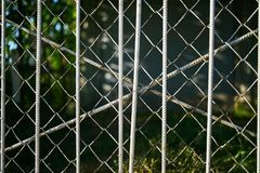 Secteur restreint defocused derrière la barrière rouillée grise de grille photos libres de droits