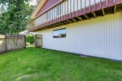 Secteur spacieux d'arrière-cour avec la barrière en bois images stock