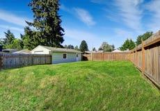 Secteur spacieux d'arrière-cour avec la barrière en bois de brun foncé Photo stock