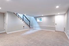 Secteur spacieux léger de sous-sol avec l'escalier images libres de droits