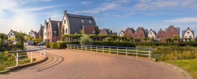 Secteur suburbain avec les maisons modernes de famille Photos libres de droits