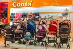 Sectie kinderwagens Combi in supermarkt Siam Paragon Bangkok, Thailand Royalty-vrije Stock Afbeelding