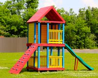 Sectie van de Speelplaats van Kleurrijke Houten Kinderen Stock Afbeelding