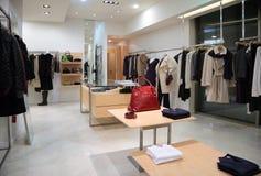 Sectie van vrouwelijke buitenkleding in winkel Stock Afbeelding