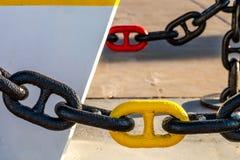 Section de chaîne nautique avec les maillons de chaîne jaunes et rouges images stock