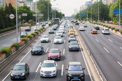 Section de route près de la station de métro Dongzhimen dans Pékin, la capitale de la Chine photographie stock