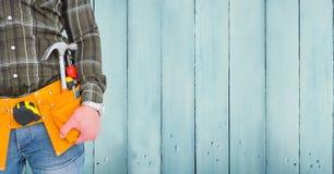 Section médiane d'homme pratique avec la ceinture d'outil Photo stock