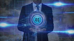 Section médiane d'un homme d'affaires tenant le bouton 4g avec des données sur le fond illustration stock