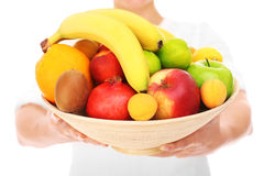 Section médiane d'une femme tenant des fruits Images libres de droits