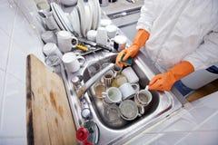 Section médiane d'ustensile de lavage de femme à l'évier de cuisine Photographie stock