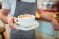 Section médiane de café de portion de barman à la boutique photos libres de droits