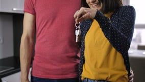 Section médiane de clé de secousse de nouvelle maison de couples heureux banque de vidéos