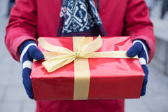 Section médiane de l'homme tenant l'hiver de boîte-cadeau Image stock