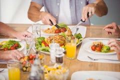 Section médiane de la famille prenant le petit déjeuner Images libres de droits