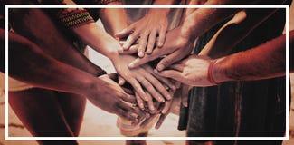 Section médiane des amis empilant des mains Images libres de droits