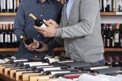 Section médiane des amis tenant des bouteilles de vin au support de Tableau Images stock