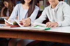 Section médiane des couples adolescents tenant des mains dedans images libres de droits