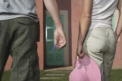 Section médiane des couples contre la Chambre avec les clés et le chapeau photos stock
