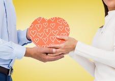 Section médiane des couples tenant la boîte en forme de coeur Photos libres de droits