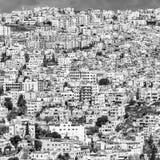 Section noire et blanche d'une vue d'Amman, la capitale surchargée laide de la Jordanie images libres de droits