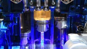 Section transversale d'un moteur de trois cylindres banque de vidéos