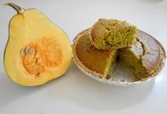 Section transversale et gâteau de potiron images stock