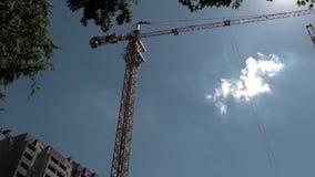 Sector de la construcción Torre Crane Working Against Blue Sky almacen de metraje de vídeo