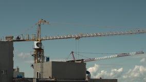 Sector de la construcción Torre Crane Working Against Blue Sky almacen de video