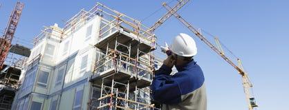 Sector de la construcción y trabajador imagen de archivo
