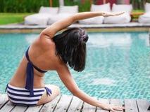 Secuencia asiática profesional de la yoga de la práctica de la mujer que estira detrás el doblez Imagenes de archivo