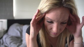 Secuencia de la cámara lenta de adolescente infeliz en dormitorio almacen de metraje de vídeo