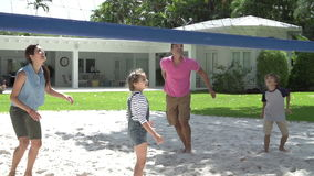 Secuencia de la cámara lenta de familia que juega a voleibol en jardín metrajes