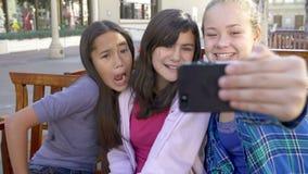 Secuencia de la cámara lenta de muchachas que toman Selfie en el teléfono móvil almacen de metraje de vídeo