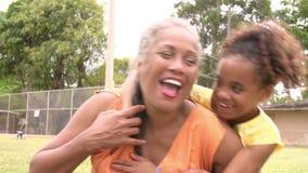 Secuencia de la cámara lenta de nieta que abraza a la abuela