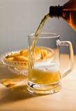 Secuencia de la cerveza de una botella en taza de cerveza Imagenes de archivo