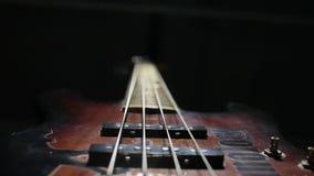 Secuencia de la guitarra baja que vibra Fondo negro almacen de metraje de vídeo